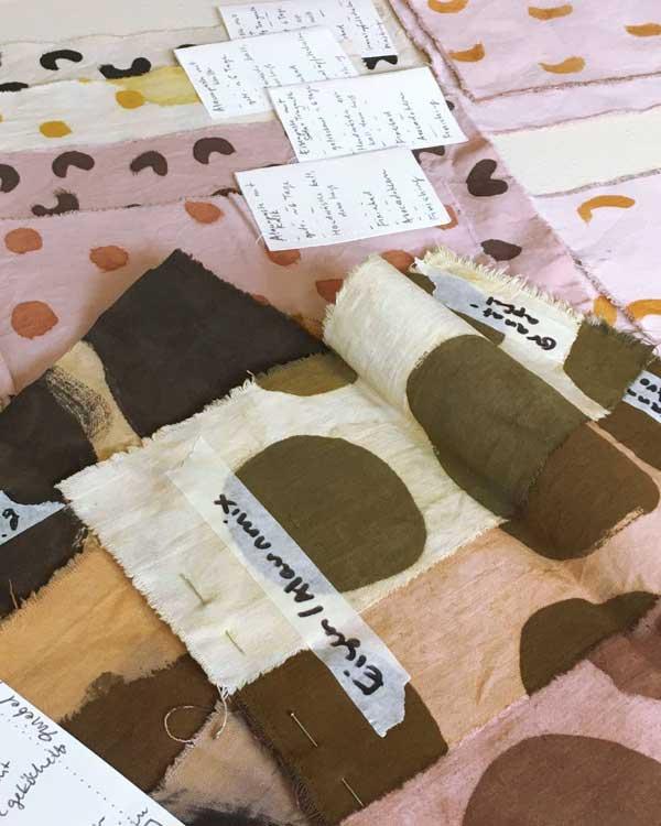 Punkten und Boegen gemalt auf Stoffe, in Rosé, Gelb, Oliv und Terrakotta