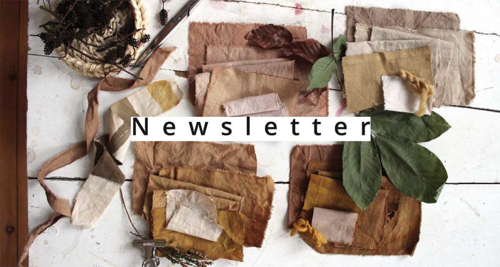 Mit Pflanzen gefaerbte Stoffe, Buchenblaetter, Walnusslaub und Schrift-Overlay: Newsletter