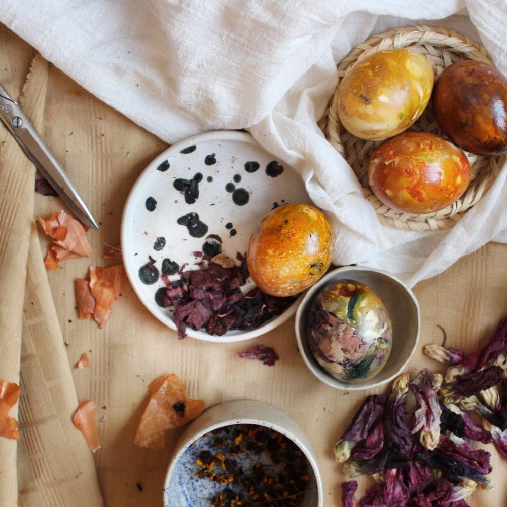 Eier faerben mit Blueten, Tee und Zwiebeln
