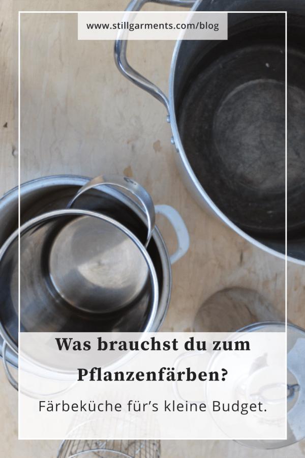 Foto von Faerbetoepfen aus Edelstahlt, Text: Was brauchst du zum Pflanzenfaerben? Faerbekueche fuer's kleine  Budget.
